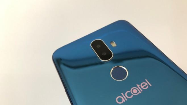 Alcatel Serie 1 und 3 im Praxis-Test: 18:9-Display schon ab 100 Euro! Auf der Rückseite des Alcatel 3V sitzt sogar eine Dual-Kamera für Bookeh-Spielereien samt Fingerabdrucksensor.©COMPUTER BILD