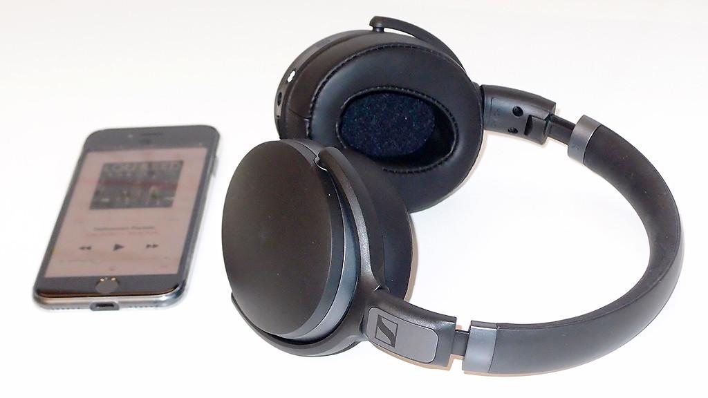 Sennheiser HD 4.40 BT im Test: Der Kopfhörer sieht wuchtig aus, sitzt aber sehr bequem.©COMPUTER BILD