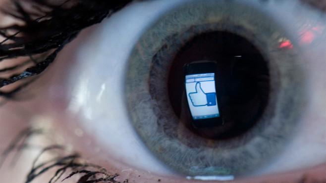 Facebook-Logo im Auge©dpa-Bildfunk