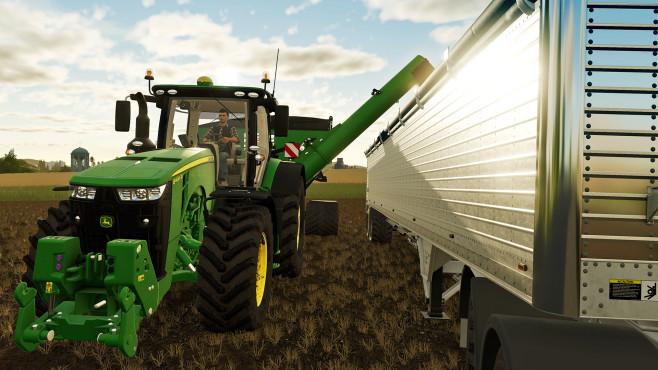 Landwirtschafts-Simulator 19: Das Glück dieser Erde! Der John Deere 8400R bringt mit dem Elmer-Haul/Master-Überladewagen die Ernte ins silbern glänzende Biest: ein Anhänger namens Wilson Pacesetter.©Astragon