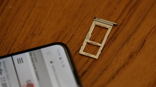 Samsung Galaxy S10: Praxis-Test, Preis, Release, Kamera, Farben Praktisch: Der üppige Speicher des S10 lässt sich mit einer microSD kostengünstig erweitern. Alternativ ist Platz für eine zweite SIM-Karte.©COMPUTER BILD