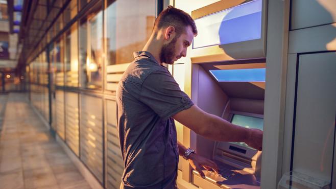 Mann am Geldautomaten©iStock.com/BraunS