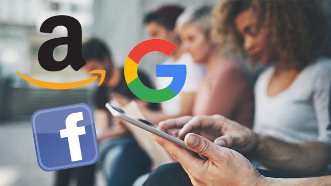 Facebook-App auf dem Smartphone©iStock.com/PeopleImages, Google, Facebook, Amazon
