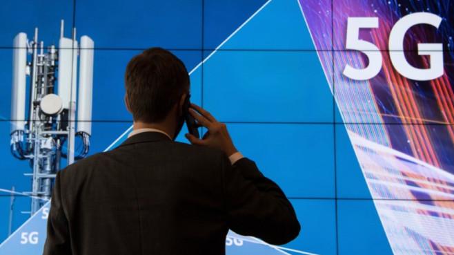 Mann telefoniert vor 5G-Logo©dpa-Bildfunk