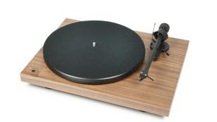Vinyl lebt: Plattenspieler im Test Der Hersteller Pro-Ject bietet den Plattenspieler Recordmaster in verschiedenen Oberflächen aus Holz und Lack an.©Pro-Ject