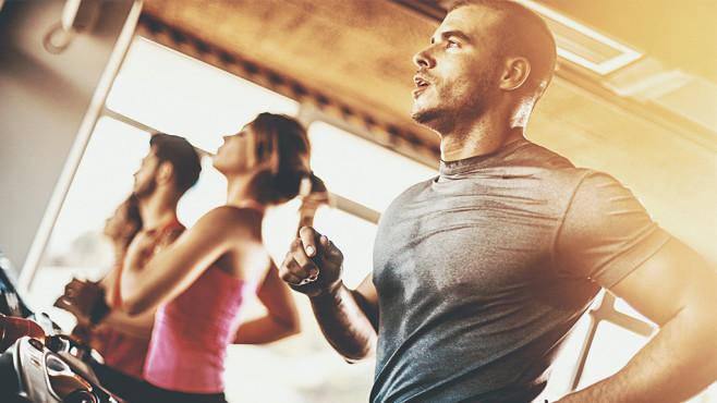 Crosstrainer & Co. eignen sich hervorragend, um Ausdauer auf- und Fett abzubauen.©iStock.com/gilaxia