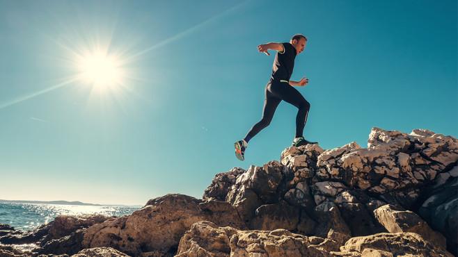 Mit Vollgas den Berg hochlaufen, erhöht die Trainingsintensität und macht schneller.©iStock.com/Solovyova