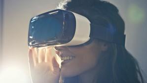 Foto einer Frau, die ein VR-Headset trägt©bruce mars/pexels.com
