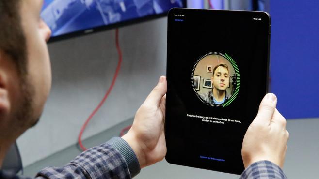 Apple iPad Pro (2018) 11-Zoll: Apple macht das iPad zum Notebook-Ersatz Gesichtsentsperrung statt Home-Button mit Fingerabdrucksensor: Durch das neue Design ist beim iPad Pro nur noch Platz für FaceID.©COMPUTER BILD