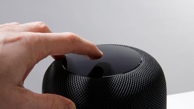 Hand tippt auf den Apple HomePod.©COMPUTER BILD, Cornelius Braun