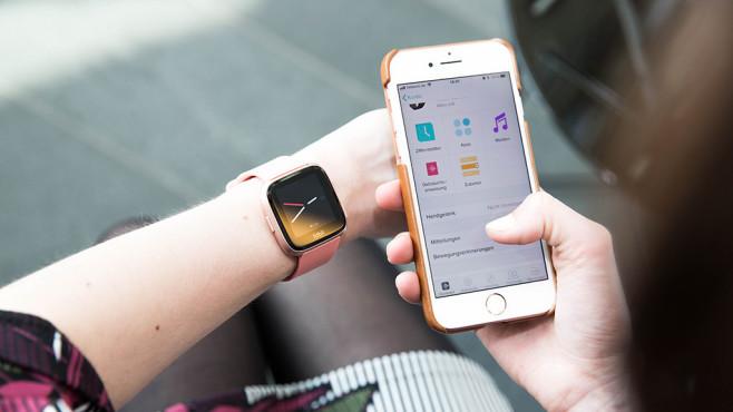 Fitbit Versa und App©COMPUTER BILD