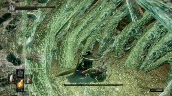 """Dark Souls Remastered: Wussten Sie schon...? Die Bosse in """"Dark Souls"""" sind eine Liga für sich: Immer knallhart, und manchmal liegen sie mit den richtigen Tricks trotzdem superschnell am Boden. Aber bei diesem bestimmten Boss müssen sich die Entwickler heimlich ins Fäustchen gelacht haben. Das """"Chaoswesen von Izalith"""" ist ein ziemlich stressiger Bosskampf. Der Boden stürzt oft ein und der Riesenbaum verteilt unkontrollierte Wischer mit seinen riesigen Astarmen. Die Ironie des Ganzen ist aber, dass das Chaoswesen – eine fragile Wurmkreatur – nur einen Trefferpunkt einstecken kann, bis es stirbt. Sehr witzig, FromSoftware!©Bandai Namco"""
