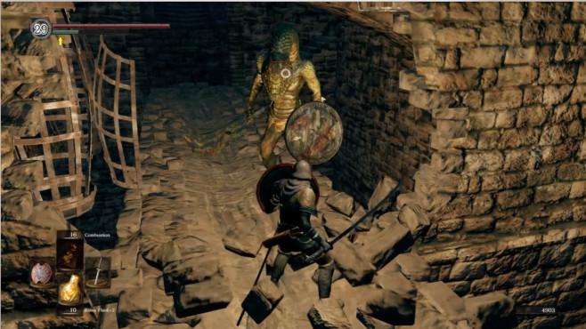 """Dark Souls Remastered: Wussten Sie schon...? In """"Dark Souls 2"""" gibt es versteckte Wände zuhauf, aber auch im ersten Teil sind so manche vorhanden. Knifflig ist aber, dass sie sich nicht immer auf diesselbe Art öffnen lassen. Manche lassen sich durch Rollen öffnen, alle durch Schlagen, wenige durch Licht...und manchmal braucht man einfach nur Glück!©Bandai Namco"""