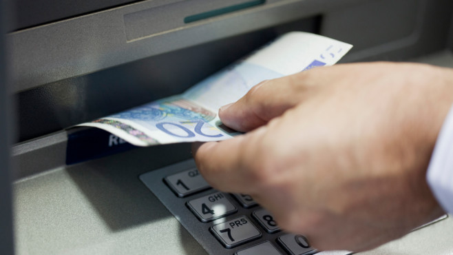 Geld abheben am Bankautomaten©PhotoAlto/Ale Ventura/gettyimages