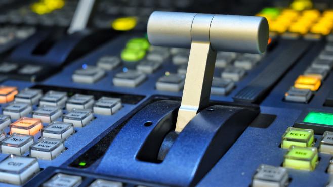 Schalthebel zwischen Knöpfen©iStock.com/PRANGKUL RUANGSRI
