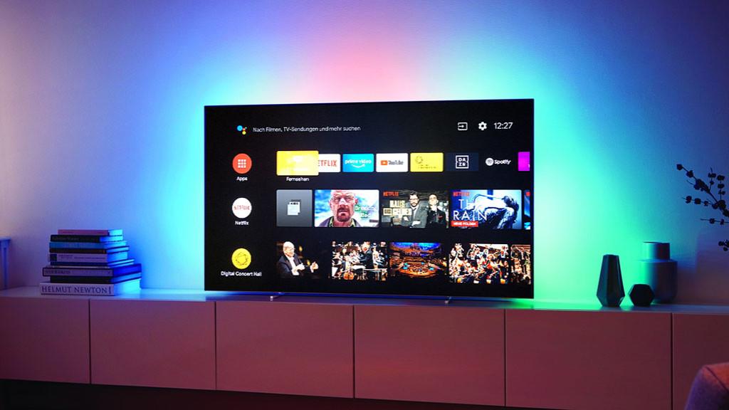 Kann mehr, kostet weniger: Neuer Philips OLED 803 Beim Philips OLED 873 strahlt das dreiseitige Ambilight in der Rückseite farblich passend zum laufenden TV-Bild die Wand an.©Philips, COMPUTER BILD