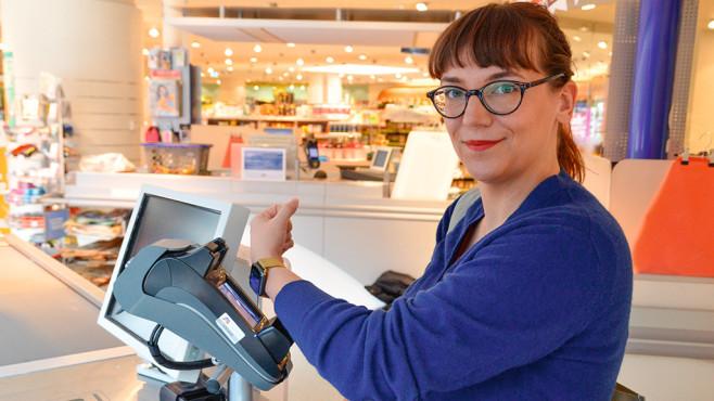 Mit Apple Pay bezahlen: So funktioniert es! Unterwegs den Kaffee per Apple Watch bezahlen? In Deutschland geht das jetzt dank Apple Pay.©COMPUTER BILD, dm