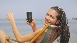 Frau mit Handy am Strand©bruce mars/Pexels.com