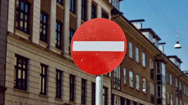 Stoppschild vor Häuserreihe©Andersen Jensen/unsplash.com