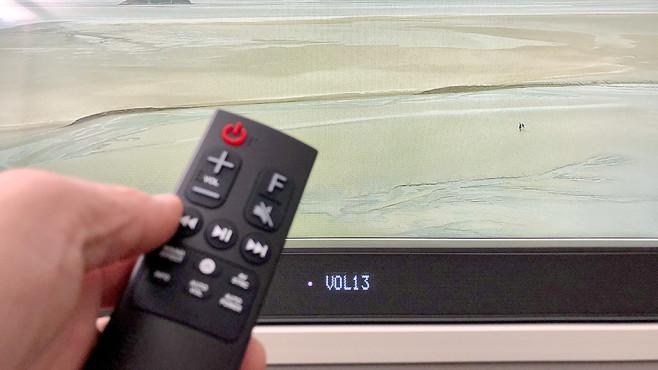 Soundbar LG SK8 im Test: Die beste unter 500 Euro Die mitgelieferte Fernbedienung zur LG SK8 ist nur etwa zur Umstellung der Klangmodi erforderlich.©COMPUTER BILD