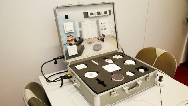 Homematic IP: Individuell angepasste Sicherheitspakete testen und behalten Der Homematic-Experte Dirk Schleifstein hatte einen interessanten Koffer dabei, mit dem sich eine komplette Smart-Home-Umgebung simulieren lässt.©COMPUTER BILD