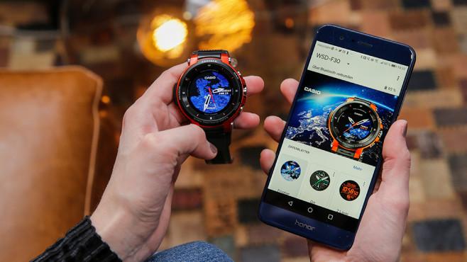 Casio Pro Trek WSD-F30 und Wear-OS-App auf Handy©COMPUTER BILD