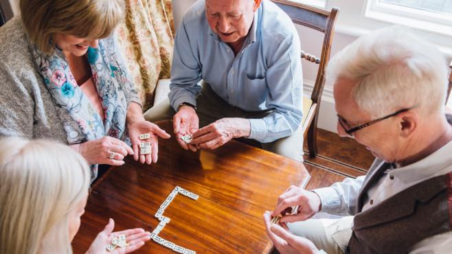 Ältere Menschen beim Scrabblen©DGLimages/iStock