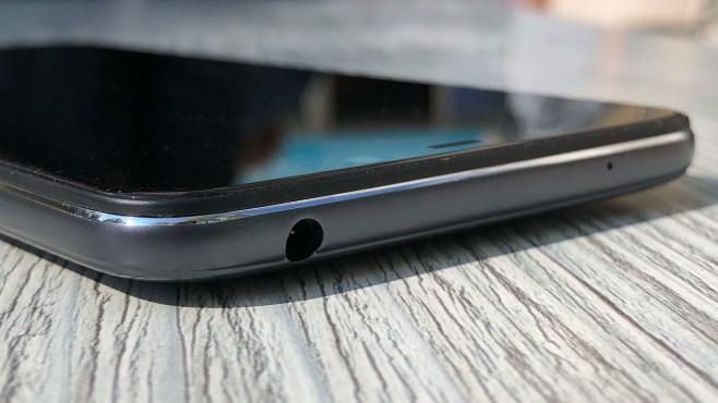 Xiaomi Pocophone F1: Test, Release, Preis, kaufen, technische Daten Die Plastik-Rückseite und generell das Design des Pocophone sind zweckmäßig – der Übergang zwischen Rahmen und Display ist aber nicht gut gelungen.©COMPUTER BILD