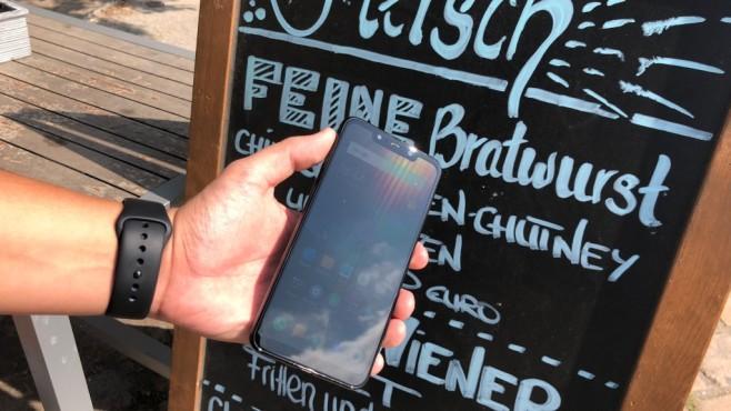 Xiaomi Pocophone F1: Test, Release, Preis, kaufen, technische Daten Puh, steht da etwas? Draußen ist das Display des Pocophone F1 nur schwer abzulesen.©COMPUTER BILD