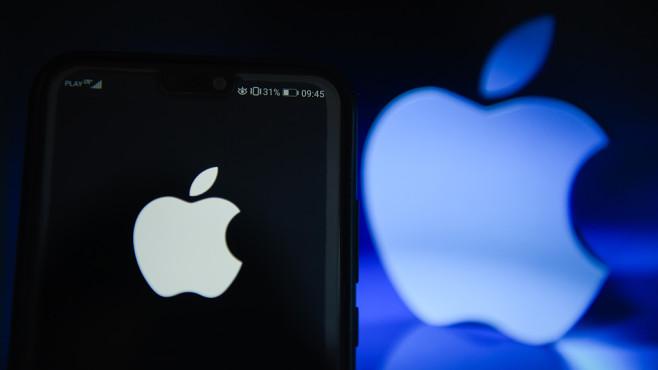 Apple-Logo auf einem Handy©SOPA Images/gettyimages