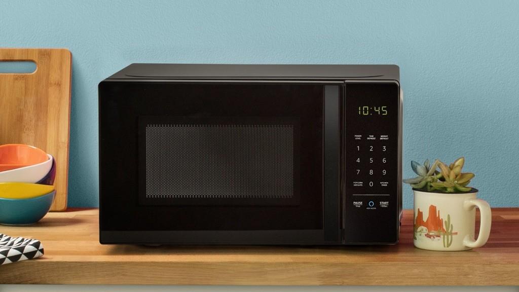 amazon basics g nstige mikrowelle mit alexa anbindung computer bild. Black Bedroom Furniture Sets. Home Design Ideas