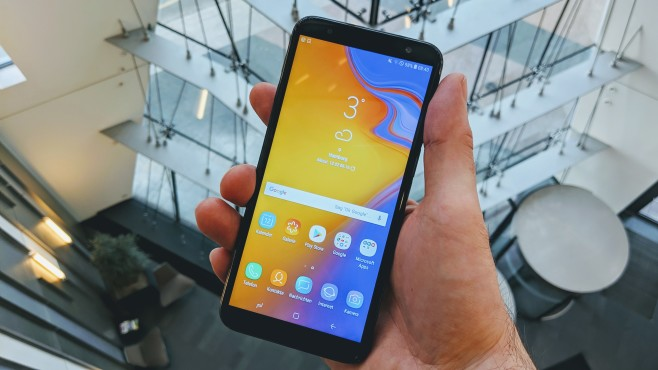 Samsung Galaxy J6 Plus: Preis, Release, Kauf Der 6-Zoll-Bildschirm nutzt herkömmliche LCD-Technik, bietet dennoch einen starken Kontrast.©COMPUTER BILD/Michae Huch