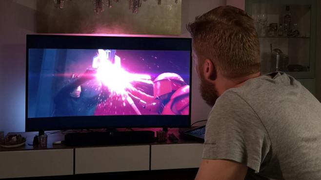 Philips Hue Play: Die brandneuen Leuchten im exklusiven Lesertest Tester Sebastian Nau schaut sich in entspannter Hue-Play-Atmosphäre einen Blockbuster an.©Computer Bild