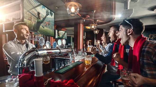 Fußballschauer vor dem Fernseher in einer Bar©iStock, Aksonov
