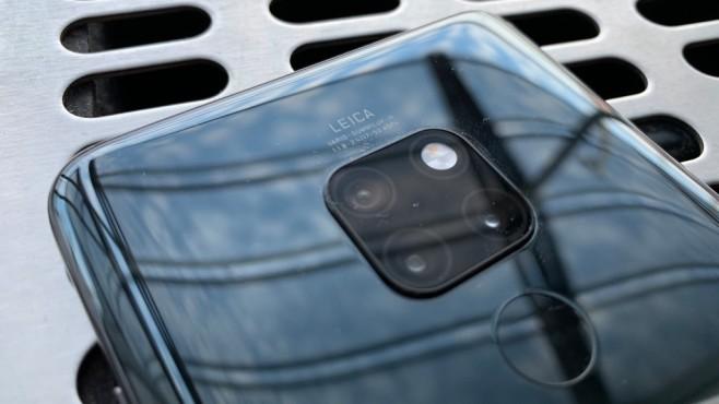 Huawei Mate 20: Test, Preis, Bilder, Release, vorbestellen – technische Daten! Die Rückseite besteht aus Glas, was Liebhabern von Fingerabdrücken freuen dürfte. Bei der Kamera setzt Huawei auch im Basis-Modell auf drei Kameralinsen.©COMPUTER BILD
