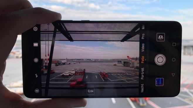 Huawei Mate 20: Test, Preis, Bilder, Release, vorbestellen – technische Daten! Wie das Mate 20 Pro, kann auch das normale Modell den Ultra-Weitwinkelmodus. So bekommt man mehr auf das Bild – oder das Motiv dank Makromodus auf bis zu 2,5 Centimeter scharf ran.©COMPUTER BILD