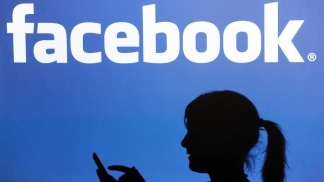 Facebook-Logo und Frau mit Handy©dpa-Bildfunk