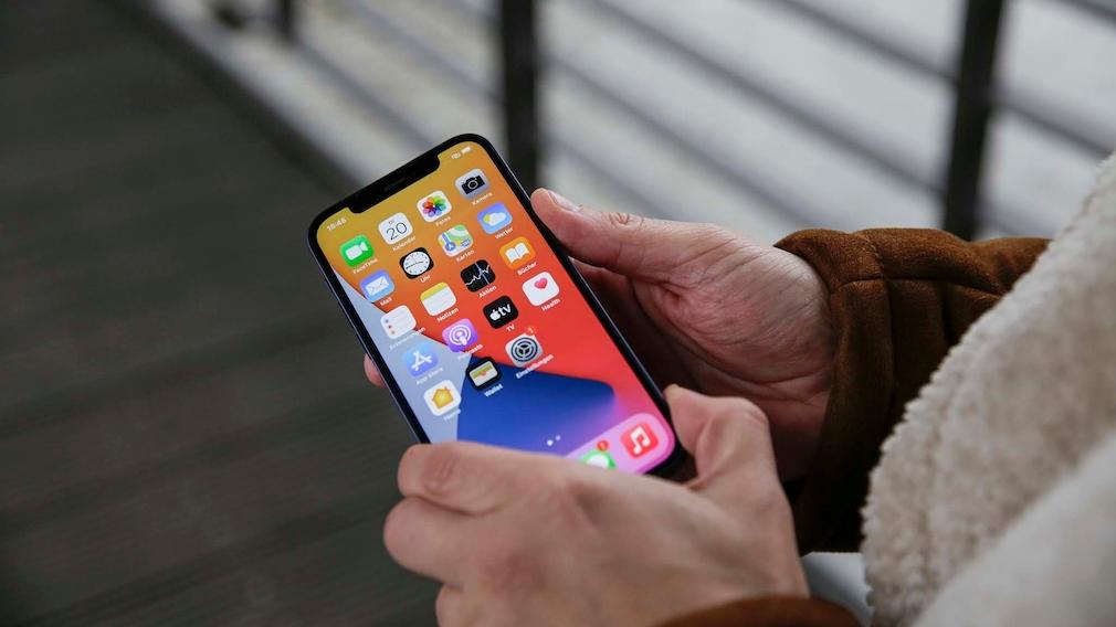 Das iPhone 12 in mehreren Varianten vor hellem Hintergrund