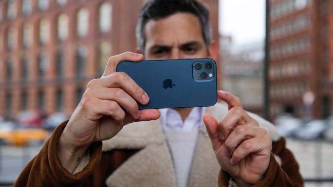 Redakteur hält das Apple iPhone 12: Telelinse©COMPUTER BILD