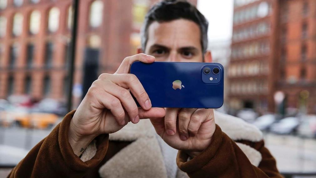 Redakteur hält das Apple iPhone 12: zwei Linsen