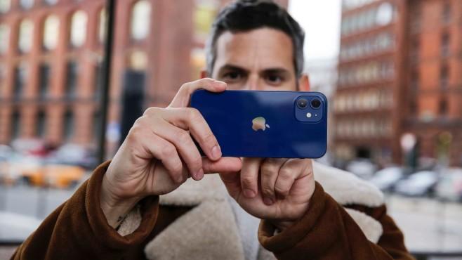 Redakteur hält das Apple iPhone 12: zwei Linsen©COMPUTER BILD