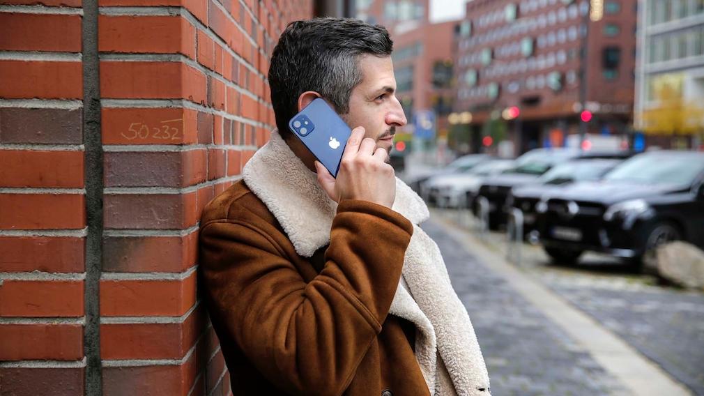 Redakteur telefoniert mit dem iPhone 12