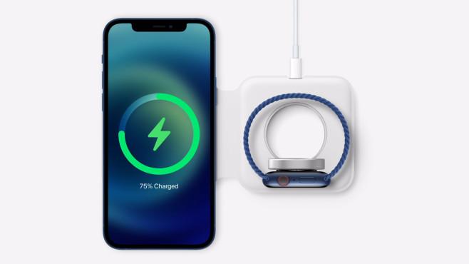Zubehör für das iPhone 12 un die Apple Watch vor weißem Hintergrund©Apple