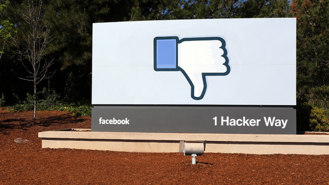 Facebook-Stele vor US-Firmensitz mit Daumen nach unten©iStock.com/wellesenterprises