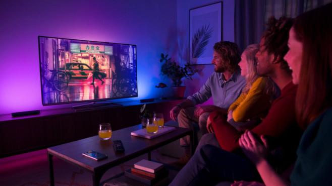 Philips Hue Play: Hier leuchtet die Musik! Hue Play checkt den Filmsound und spielt das Licht passend etwa zu Effekten aus.©Philips
