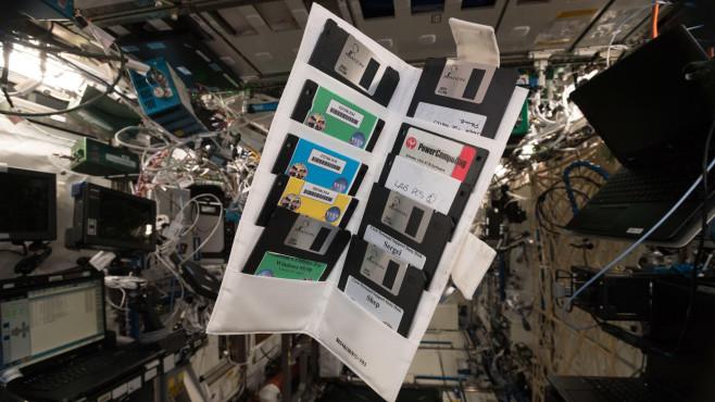 Retrofund auf der ISS Ob die Floppy-Disks noch funktionieren ist leider nicht bekannt. Vielleicht findet sich noch ein Diskettenlaufwerk auf der ISS.©Alexander Gerst, Twitter