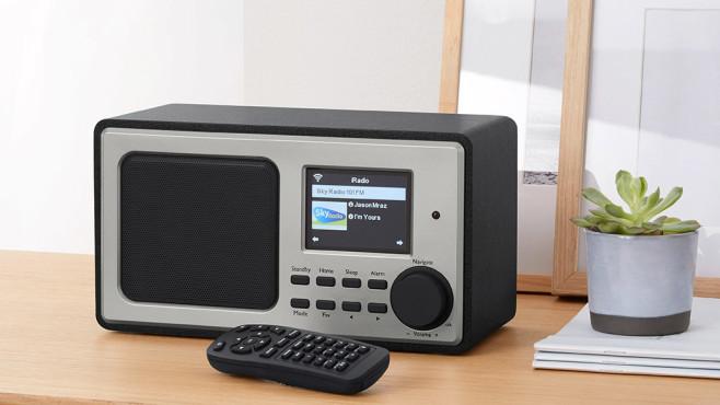 Praxistest Tchibo WLAN Internetradio: Musik und News aus der ganzen Welt Zum Lieferumfang des Tchibo WLAN Internetradios gehört eine Fernbedienung.©Tchibo