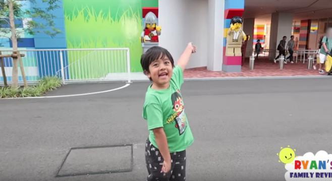 Forbes-Liste der Youtube-Stars: Dieser Knirps ist Multimillionär Lego ist sein Hobby: Ryan vor dem Legoland in Japan. Der Steppke reist auch gern.©Ryan Toys Review/Youtube Screenshot