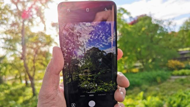 OnePlus 7 Pro: Test, Kamera, Preis, Release, Daten, kaufen Das 6,67 Zoll große Display ist ein echtes Monstrum und sieht durch seine abgerundeten Ecken schick aus, allerdings ist das OLED-Panel bei Sommersonne nicht hell genug.©COMPUTER BILD