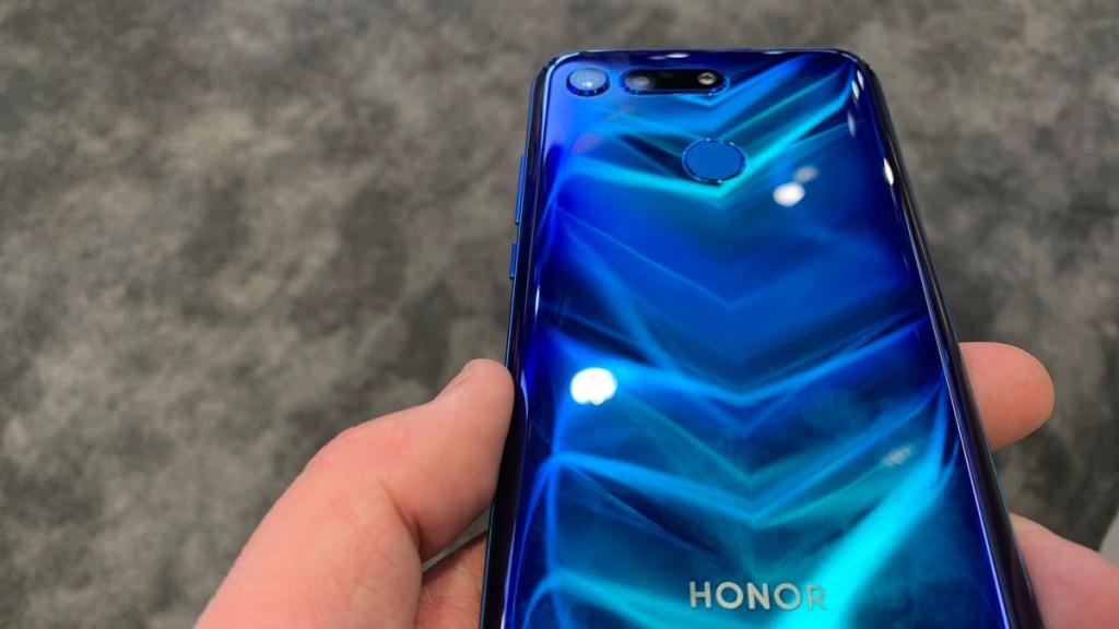 honor view 20 smartphone mit display loch ausprobiert computer bild. Black Bedroom Furniture Sets. Home Design Ideas